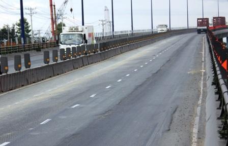 Cầu vượt thép cửa ngõ Sài Gòn hư hỏng nặng