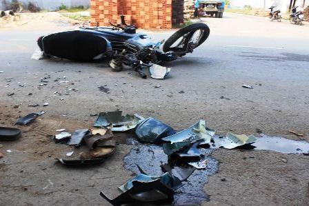 Chiếc xe máy của các nạn nhân bị sắt đè biến dạng, hư hỏng hoàn toàn.