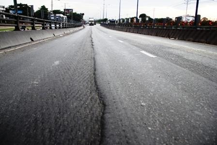 Tình trạng xuống cấp của cầu vượt thép đã kéo dài gần cả năm qua...