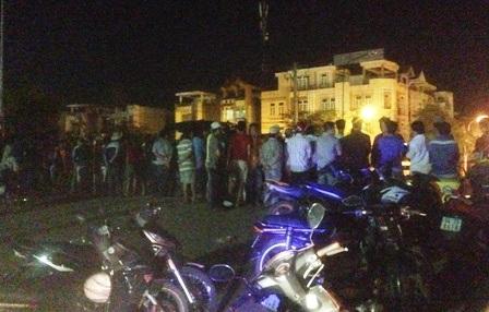 Hàng trăm người dân vây kín hiện trường giữa đêm khuya theo dõi vụ việc.