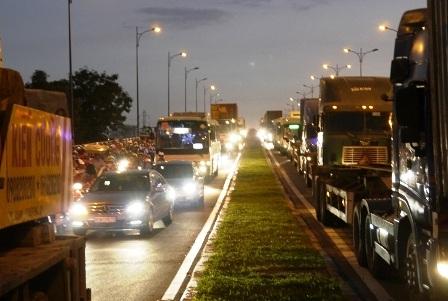 Sự cố đã gây ùn tắc giao thông trên cầu huyết mạch ở cửa ngõ phía đông bắc TPHCM vào giờ cao điểm.