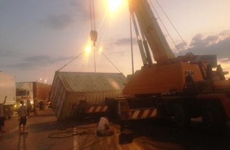 Hiện trường thùng container bị rơi giữa XLHN chiều tối 27/2
