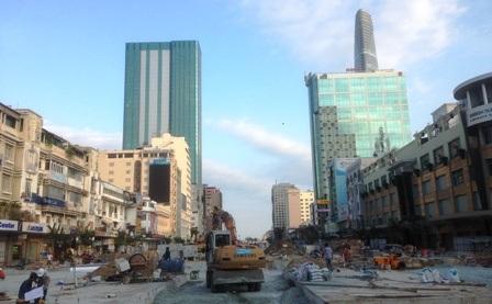 Không khí làm việc tất bật tại công trình quảng trường đi bộ đường Nguyễn Huệ kết nối