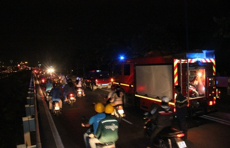 Hàng chục chiến sĩ cảnh sát PCCC nhanh chóng đến hiện trường để cứu hỏa...