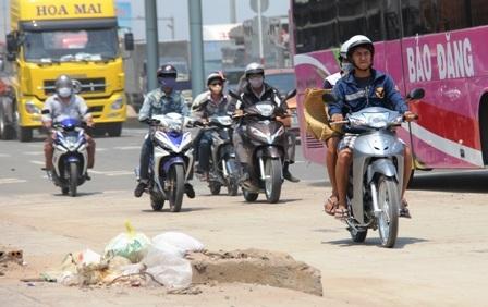 Nhiều người té ngã tại trạm thu phí cầu Đồng Nai