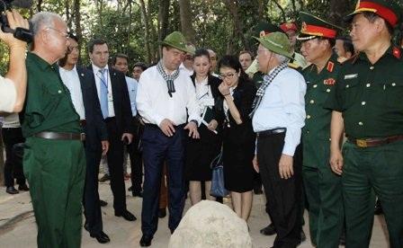 Thủ tướng Nga ấn tượng với di tích địa đạo Củ Chi