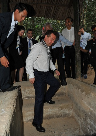 Thủ tướng Nga xuống tham quan hầm địa đạo.