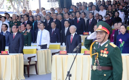 Lãnh đạo Đảng và Nhà nước thực hiện nghi thức chào cờ.