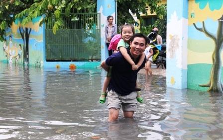 Nước mưa hoà cùng nước cống ô nhiễm bốc mùi hôi nồng nặc.