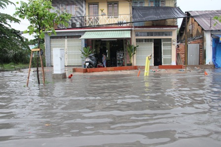 Sau cơn mưa chiều, người dân lội bì bõm trên tuyến đường nội ô đẹp nhất Sài Gòn