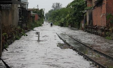Tuyến đường sắt Bắc Nam đoạn qua địa bàn quận Thủ Đức chìm trong biển nước.