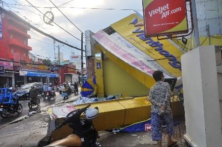 Biển quảng cáo rất lớn của một doanh nghiệp trên đường Lê Văn Việt bị đổ sập...