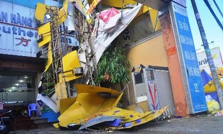 Một phần biển quảng cáo bị hất văng sang trụ sở ngân hàng bên cạnh trên đường Lê Văn Việt.