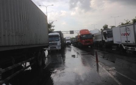 Hiện trường vụ tai nạn xảy ra trước trụ sở Đội CSGT Cát Lái.