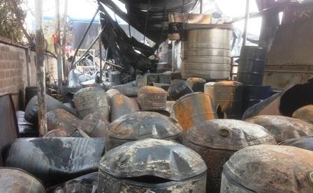 Nhiều thùng phuy hoá chất, sơn bị nổ hất văng tung toé khắp nơi.