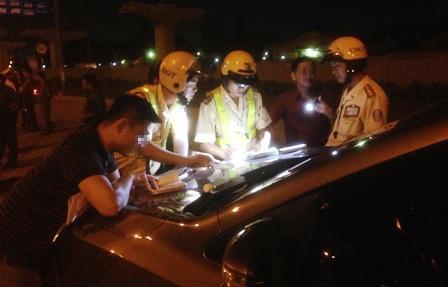 Hàng loạt lái xe bị xử lý, tạm giữ phương tiện vì vi phạm nồng độ cồn.
