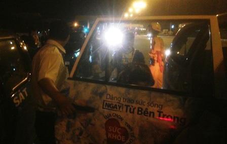 Lực lượng CSGT đã chủ động đón taxi đưa ma men và gia đình về nhà an toàn trong đêm khuya.