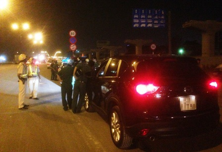 """CSGT vẫy taxi đưa """"ma men"""" cùng vợ con về nhà trong đêm khuya"""