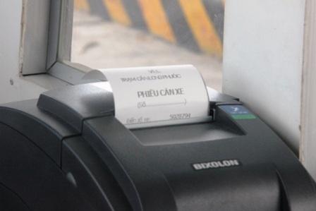 Nếu phát hiện xe tải chở quá tải trọng thì phiếu cân sẽ in ra kết quả...