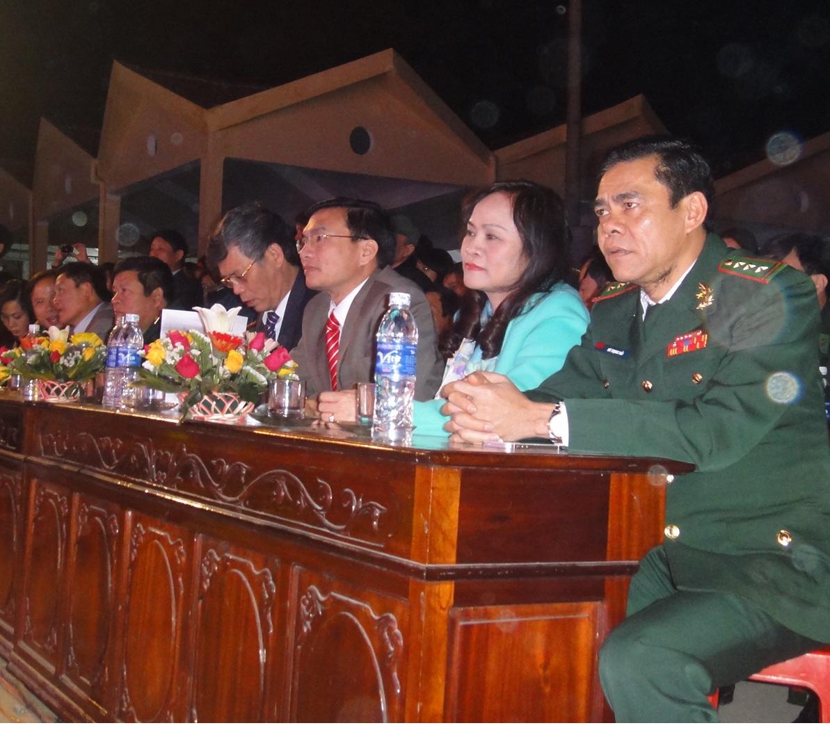 Tham gia đêm giao lưu có các lảnh đạo tỉnh, huyện và lực lượng biên phòng Hà Tĩnh.