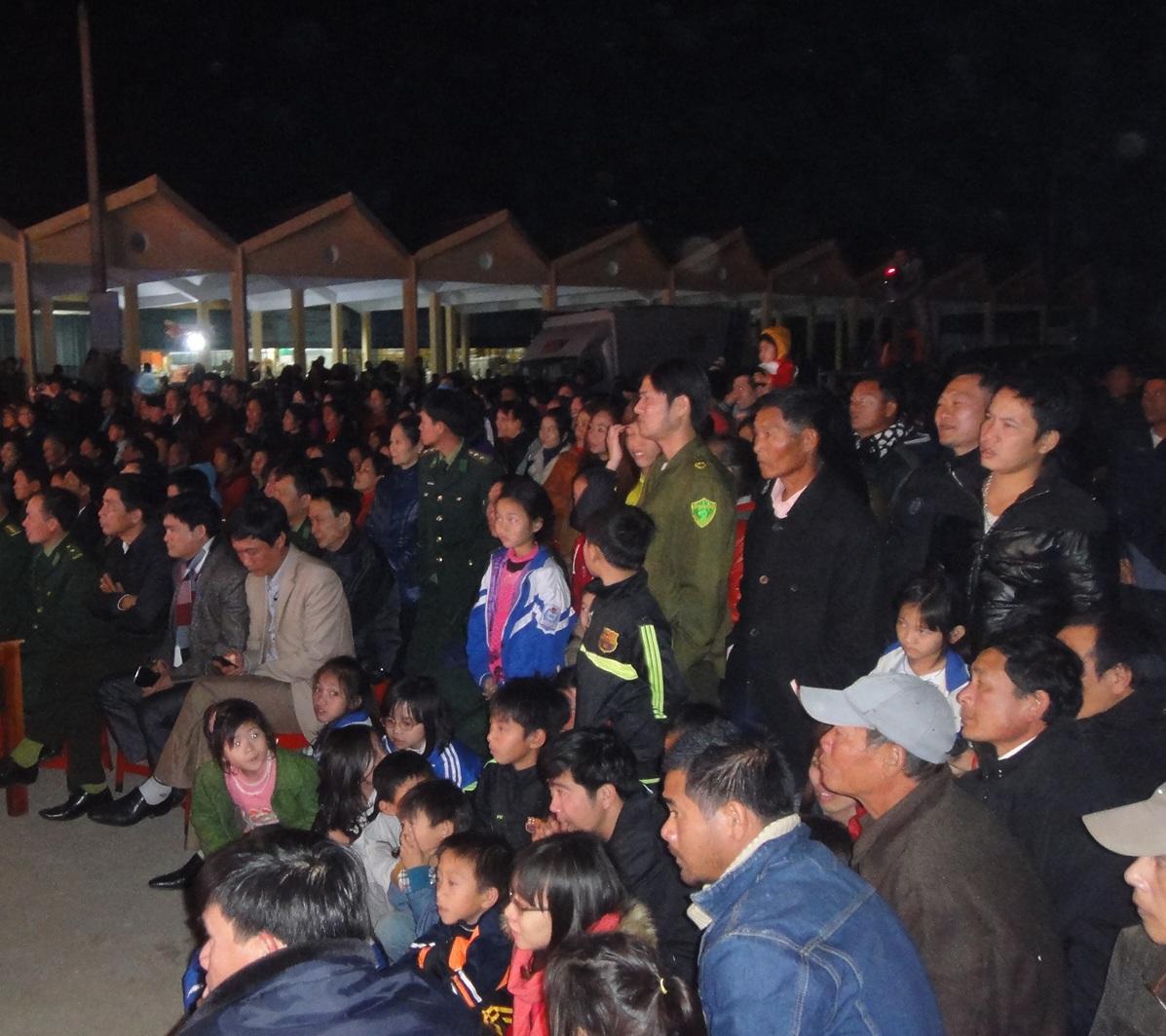 Đông đảo người dân ven biển Lộc Hà có mặt trong buổi giao lưu đêm nay.