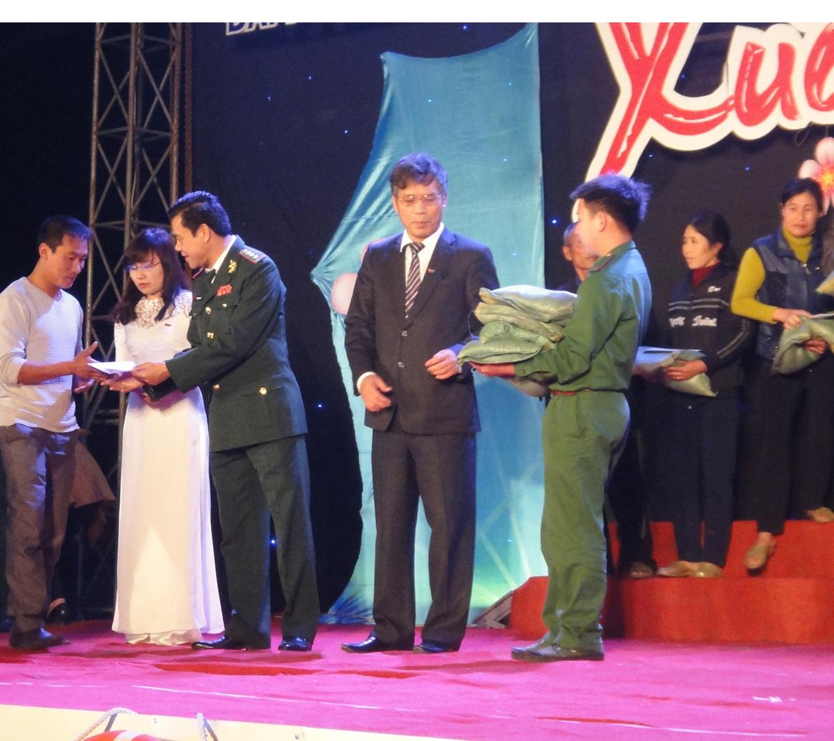 Đồng chí Võ Trọng Hải chỉ huy trưởng bộ đội biên phòng tỉnh trao qùa cho các ngư dân nghèo.