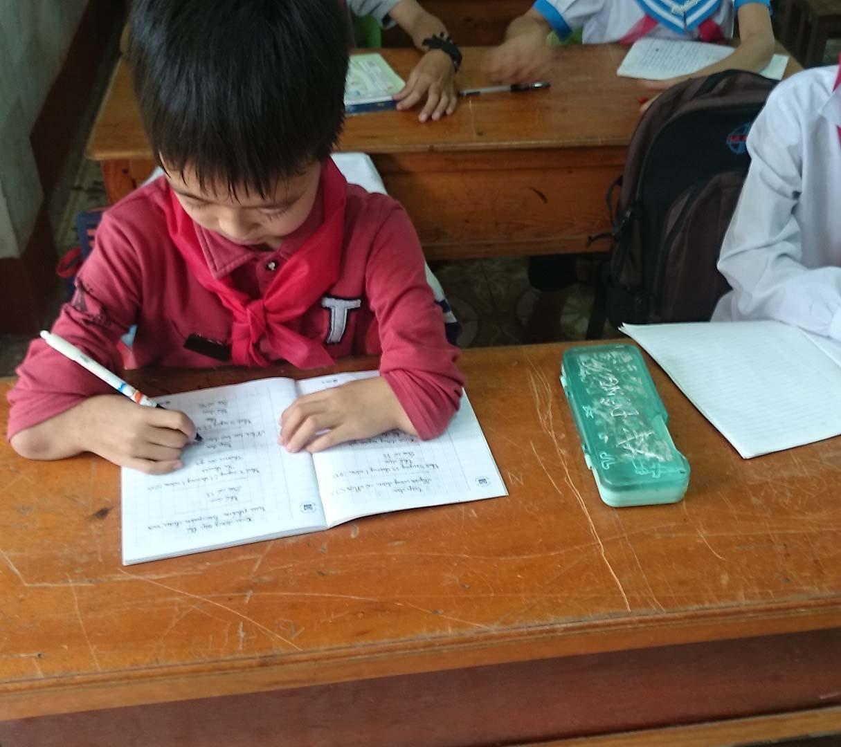 Cháu Đồng đến trường cùng bạn trang lứa.