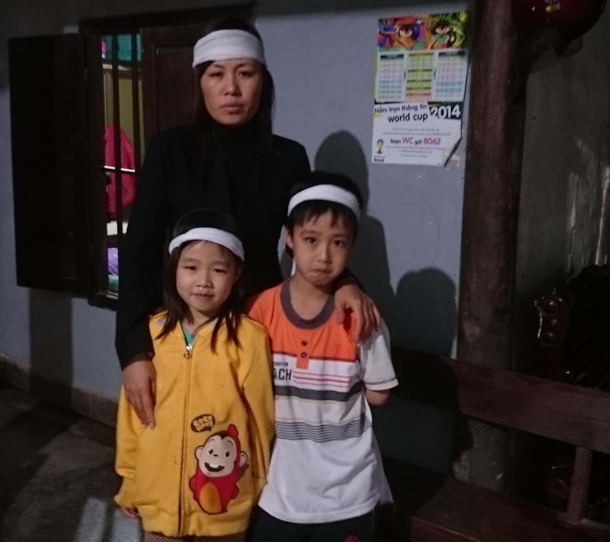 Chị Trương Thị Ý cùng hai con thơ trong cảnh đời bạc bẽo.