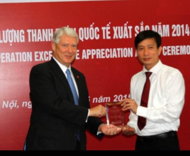 Đại diện Agribank nhận giải Chất lượng Thanh toán xuất sắc năm 2014.