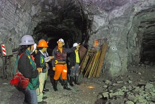 Bên trong hầm khai thác vàng của Công ty Bồng Miêu Ảnh: QUANGNAM.GOV.VN.