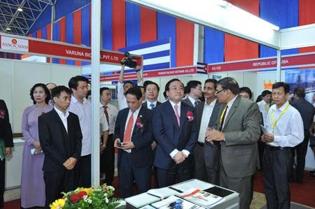Phó Thủ tướng Hoàng Trung Hải tham quan hội chợ.