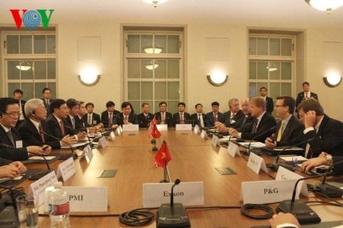 Các doanh nghiệp Hoa Kỳ phát biểu ý kiến với Tổng Bí thư Nguyễn Phú Trọng.