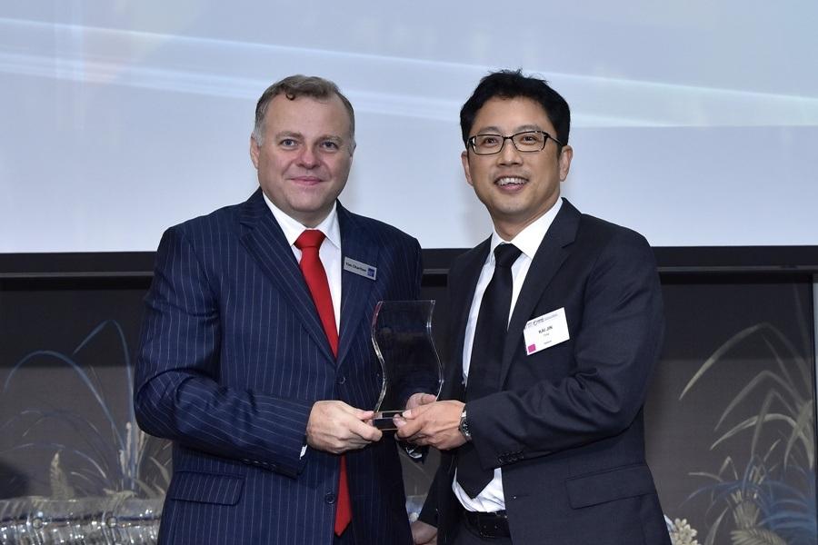 Đại diện VPBank nhận giải Ngân hàng điện tử tốt nhất 2015
