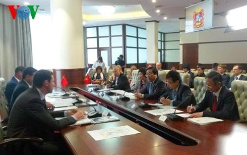 Đại sứ Nguyễn Thanh Sơn làm việc với lãnh đạo tỉnh Moscow về hợp tác đầu tư.