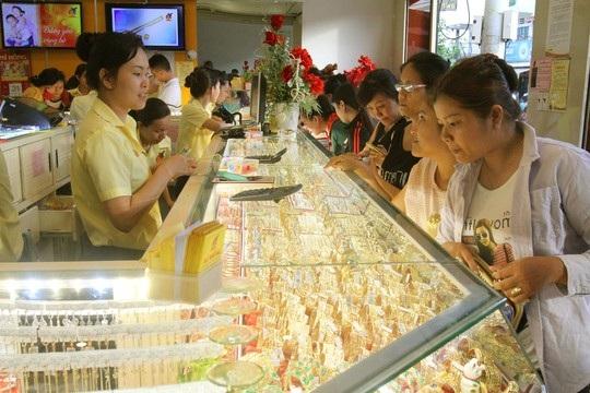 Khách hàng mua vàng tại tiệm vàng Mi Hồng (quận Bình Thạnh, TP HCM) Ảnh: HOÀNG TRIỀU