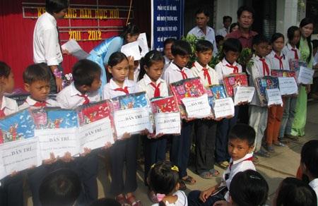 """""""Một triệu cuốn vở…"""" tiếp tục đến với học sinh nghèo Bạc Liêu, Cần Thơ, Cà Mau - 1"""