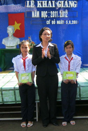 """""""Một triệu cuốn vở…"""" tiếp tục đến với học sinh nghèo Bạc Liêu, Cần Thơ, Cà Mau - 4"""
