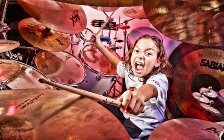 Nhạc công chơi trống chuyên nghiệp nhỏ tuổi nhất thế giới là