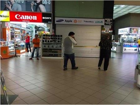 Cửa hàng Mobile Air đã phải đóng cửa trước sức ép của dư luận