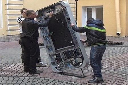 Các nhân viên đang gỡ bỏ bức tượng tưởng niệm Steve Jobs