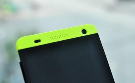 Dải màu phía trên màn hình có các đèn cảm biến (bên trái), loa thoại và camera trước 2MP.