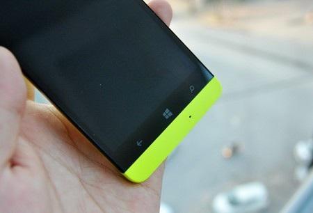 Phía dưới là 3 phím cảm ứng truyền thống của Windows Phone. Ở dải màu có thêm một mic thoại.