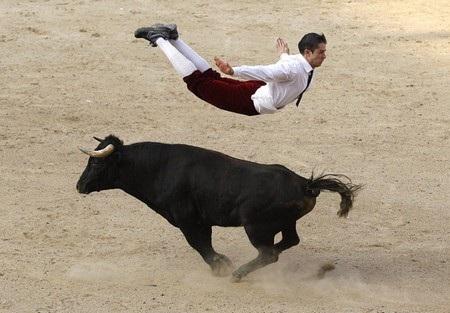 Một hiệp sĩ đấu bò tót nhảy qua một con bò tại trận đấu diễn ra ở Cali, Colombia.
