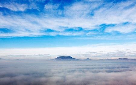 Ngọn núi Badacsony nổi lên từ một biển sương mù bay lơ lửng trên hồ Balaton (Hungary).