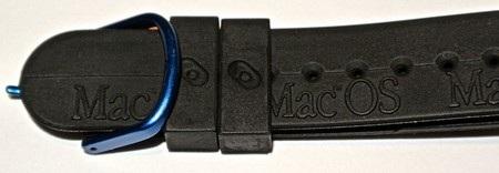Dòng chữ Mac OS được in nổi trên dây đeo của đồng hồ