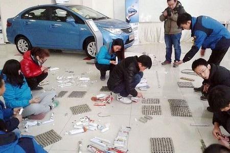 Các nhân viên tại đại lý xe hơi đang vất vả kiểm tra số tiền xu khổng lồ