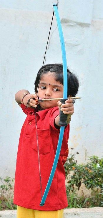 Dolly đã khiến nhiều người thán phục với tài năng bắn cung của mình khi mới 2 tuổi