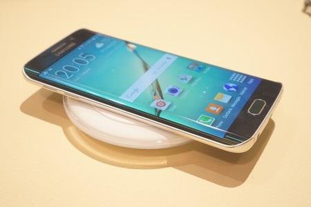 Sạc không dây là một trong những tính năng mới đáng chú ý trên Galaxy S6