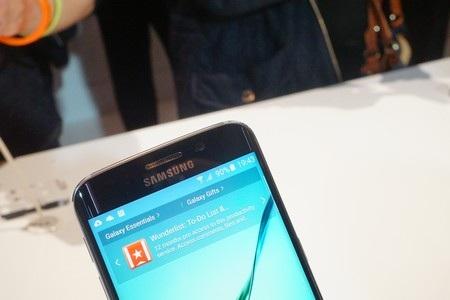 Cận cảnh loa thoại và camera trước của Galaxy S6 Edge
