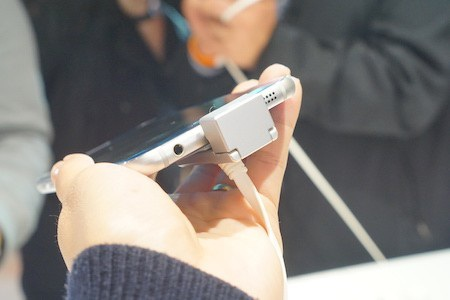 Loa ngoài, giắc cắm phone và cổng kết nối nằm ở cạnh dưới
